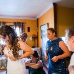 poniendose el vestido de boda fotografo bodas la linea algeciras tarifa