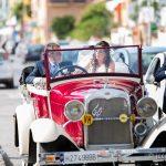 novia y padrino en el coche clasico de bodas
