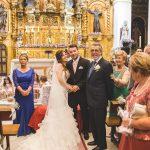 novia y novio en la iglesia