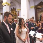 el novio y la novia durante la ceremonia de boda