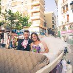 novios en el coche clasico de bodas