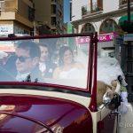 novios en el coche de bodas