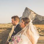 novios reportaje de bodas con gibraltar de fondo