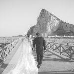 novios reportaje de bodas con gibraltar de fondo fotografo bodas la linea algeciras tarifa