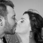 Beso de los novios en su reportaje de bodas