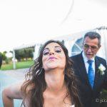 novia divirtiendose con fotografo de bodas
