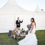 novia y novio con decoracion de bodas