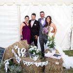 la pareja y unos amigos en la celebracion con decoacion de bodas