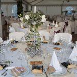 mesa de la celebracion de la boda con flores y detalles. catering d boda. sitio de celebraciones de boda