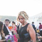 invitada a la boda con copa de vino