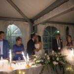 pirotecnia y detalles de la mesa de los novios con beso durante la celebracion de la boda