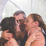 la novia con sus padres en un momento emotivo