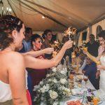 bengalas en la boda mientras la novia lee una carta fotografo bodas la linea algeciras tarifa