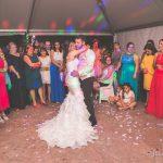 primer baile de los novios con petalos de rosa en la boda fotografo bodas la linea algeciras tarifa