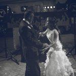 padrino y novia bailan en la celebracion de la boda